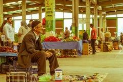 Eskisehir, Turquía - 15 de junio de 2017: Gente en el bazar turco típico tradicional del ultramarinos en Eskisehir, Turquía Foto de archivo libre de regalías