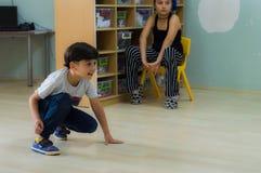Eskisehir, Turquía - 5 de mayo de 2017: Niño pequeño que juega en la tierra en sala de clase de la guardería Imagen de archivo libre de regalías