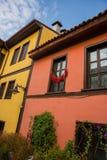 Eskisehir, Turquía: La pimienta se seca en la ventana Opinión colorida de las casas del distrito de Odunpazari en la ciudad de Es foto de archivo libre de regalías