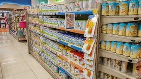 Eskisehir, Turquia - 8 de abril de 2017: Fontes do comida para bebê para a venda em prateleiras do supermercado Fotografia de Stock