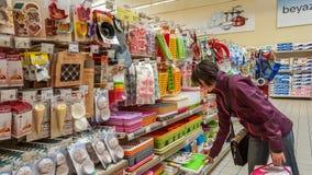 Eskisehir, Turquia - 17 de abril de 2017: Os utensílios da cozinha para a venda no supermercado arquivam em Eskisehir Imagem de Stock