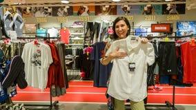 Eskisehir, Turquia - 11 de agosto de 2017: A jovem mulher que olha uma roupa dos esportes no esportes compra em Eskisehir Imagem de Stock