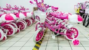 Eskisehir, Turquia - 5 de junho de 2017: As bicicletas das crianças cor-de-rosa para as meninas indicadas em um supermercado de C Imagem de Stock