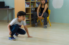 Eskisehir, Turquia - 5 de maio de 2017: Rapaz pequeno que joga na terra na sala de aula do jardim de infância Imagem de Stock Royalty Free