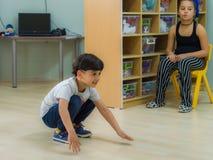 Eskisehir, Turquia - 5 de maio de 2017: Rapaz pequeno que joga na terra na sala de aula do jardim de infância Foto de Stock