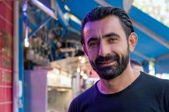Eskisehir, Turquia - 16 de maio de 2017: Retrato do pescador turco feliz que está na frente do mercado de peixes em Eskisehir, Tu imagens de stock royalty free