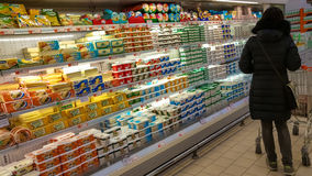 Eskisehir, Turquia - 15 de março de 2017: Compra da jovem mulher no supermercado Fotos de Stock