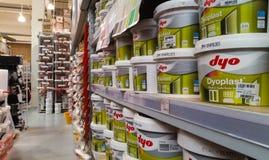 Eskisehir, Turquia - 12 de março de 2017: Recipientes plásticos da pintura da parede interior Foto de Stock