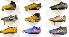 Eskisehir, Turquie - 11 août 2017 : Collection de différentes bottes du football dans un magasin à Eskisehir photos stock