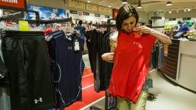 Eskisehir, Turquie - 11 août 2017 : La jeune femme regardant un habillement de sports dans des sports font des emplettes à Eskise Images stock
