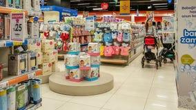 Eskisehir, Turquie - 8 avril 2017 : Client féminin avec des achats de poussette de bébé dans le magasin de boutique de bébé à Esk Image stock