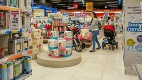 Eskisehir, Turquie - 8 avril 2017 : Clients féminins avec des achats de poussette de bébé dans le magasin de boutique de bébé à E Images stock