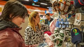 Eskisehir, Turquie - 8 avril 2017 : Clients recherchant des produits de bébé dans le magasin de boutique de bébé à Eskisehir Images libres de droits