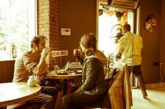 Eskisehir, Turquie - 15 avril 2017 : Couples se reposant à une table de café Photographie stock libre de droits