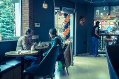 Eskisehir, Turquie - 15 avril 2017 : Couples se reposant à une table de café Photographie stock