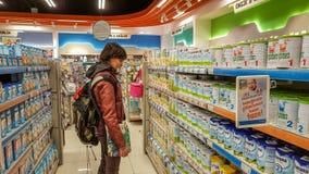 Eskisehir, Turquie - 8 avril 2017 : Jeune femme dans la section d'aliment pour bébé dans un supermarché à Eskisehir, Turquie Photos stock