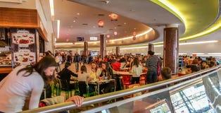 Eskisehir, Turquie - 8 avril 2017 : L'espace restauration serré au centre commercial à Eskisehir Photos stock