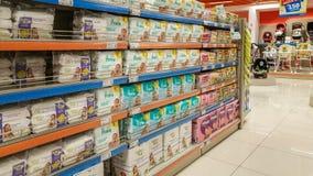 Eskisehir, Turquie - 8 avril 2017 : La couche-culotte de bébé et le bébé président des sections dans un supermarché à Eskisehir Images stock