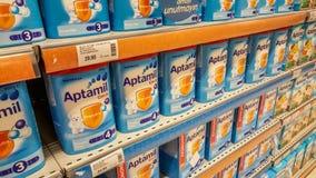 Eskisehir, Turquie - 8 avril 2017 : Les approvisionnements d'aliment pour bébé dans des boîtes à vendre sur le supermarché rayonn Photo libre de droits
