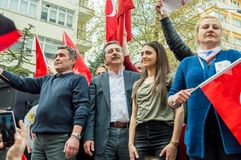 Eskisehir, Turquie - 15 avril 2017 : Maire de municipalité de Tepebasi démontrant avec des personnes avant le référendum Photo stock