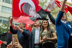 Eskisehir, Turquie - 15 avril 2017 : Maire de municipalité de Tepebasi démontrant avec des personnes avant le référendum Photographie stock libre de droits