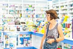 Eskisehir, Turquie - 14 juin 2017 : Femme caucasienne sceptique supérieure semblant méfiante et étonnée dans une pharmacie photos stock