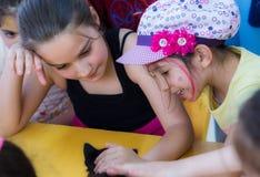 Eskisehir, Turquie - 5 mai 2017 : Enfants préscolaires s'occupant un événement animal de jour dans le jardin d'enfants Photo libre de droits