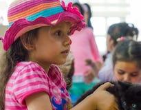 Eskisehir, Turquie - 5 mai 2017 : Enfants préscolaires s'occupant un événement animal de jour dans le jardin d'enfants Photographie stock libre de droits