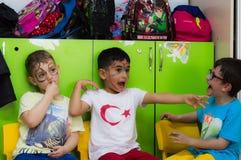 Eskisehir, Turquie - 5 mai 2017 : Enfants préscolaires s'occupant un événement animal de jour dans le jardin d'enfants Photographie stock