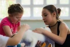 Eskisehir, Turquie - 5 mai 2017 : Enfants préscolaires s'occupant un événement animal de jour dans le jardin d'enfants Images stock