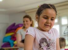 Eskisehir, Turquie - 5 mai 2017 : Enfants préscolaires s'occupant un événement animal de jour dans le jardin d'enfants Images libres de droits