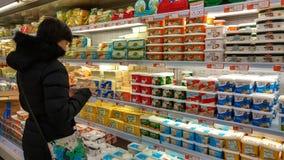 Eskisehir, Turquie - 15 mars 2017 : Achats de jeune femme dans le supermarché Photographie stock libre de droits