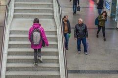 Eskisehir, Turquie - 13 mars 2017 : Jeune femme montant les escaliers Image stock