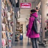 Eskisehir, Turquie - 13 mars 2017 : Marchandises de examen de femme dans le mail Photographie stock libre de droits