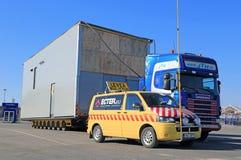 Eskorte Car und LKW mit breiter Last Stockfotos