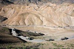 Eskortfartyg av den indiska armén på den vägLeh-Srinagar huvudvägen, Ladakh-Indien royaltyfri bild