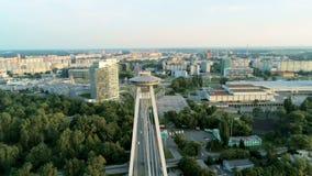 Eslováquia, arquitetura da cidade aérea de Bratislava com a ponte da estrada do UFO de SNP sobre Danube River filme