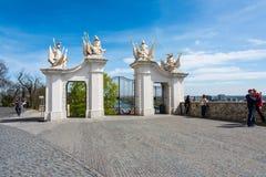 Eslováquia, Bratislava - 14 de abril de 2018: Detalhe de uma porta no castelo de Bratislava, detalhe de Eslováquia de uma porta n fotos de stock