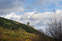 Eslováquia, Podhradie - 20 de outubro de 2017 Ruínas do castelo Topolcany do século XI na queda fotografia de stock royalty free