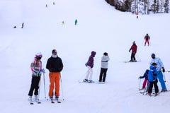 ESLOVÁQUIA, STRBSKE PLESO - 6 DE JANEIRO DE 2015: Esquiadores na inclinação em Strbske Pleso Fotos de Stock