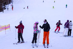 ESLOVÁQUIA, STRBSKE PLESO - 6 DE JANEIRO DE 2015: Esquiadores na inclinação em Strbske Pleso Fotos de Stock Royalty Free
