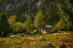 Eslovênia, Vrsic, casa nas montanhas imagem de stock royalty free