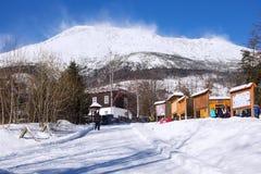 ESLOVAQUIA, STARY SMOKOVEC - 6 DE ENERO DE 2015: Vista de las altas montañas de Tatras con los picos cubiertos con nieve Imagen de archivo libre de regalías
