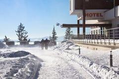 ESLOVAQUIA, STRBSKE PLESO - 6 DE ENERO DE 2015: Viento fuerte del invierno con nieve en Strbske Pleso Foto de archivo libre de regalías
