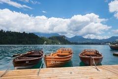 Eslovenia sangrada lago, el 13 de julio de 2017 Barcos amarrados en el lago sangrado imagen de archivo