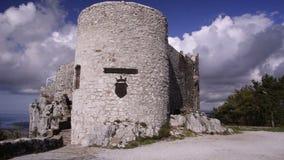 eslovenia Torre vieja en la costa mediterránea almacen de metraje de vídeo
