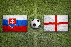 Eslováquia contra Bandeiras de Inglaterra no campo de futebol Fotos de Stock Royalty Free