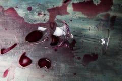Esmagamento do vidro de vinho fotografia de stock royalty free