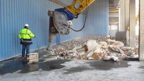 Esmagando o concreto video estoque