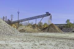 Esmagando a planta com pedra esmagada Imagens de Stock